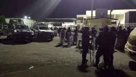 Policías Federales, en las inmediaciones del penal La Toma.