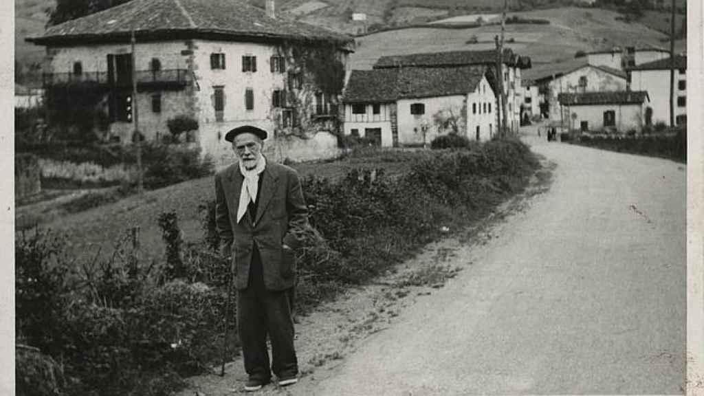 Pío Baroja en las inmediaciones del caserío de Itzea.
