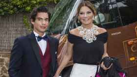 Alejandro junto a su madre, Ivonne Reyes.