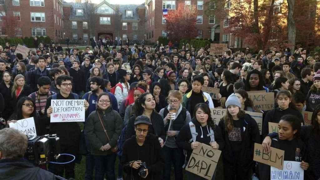 Estudiantes en una manifestación de Cambridge.