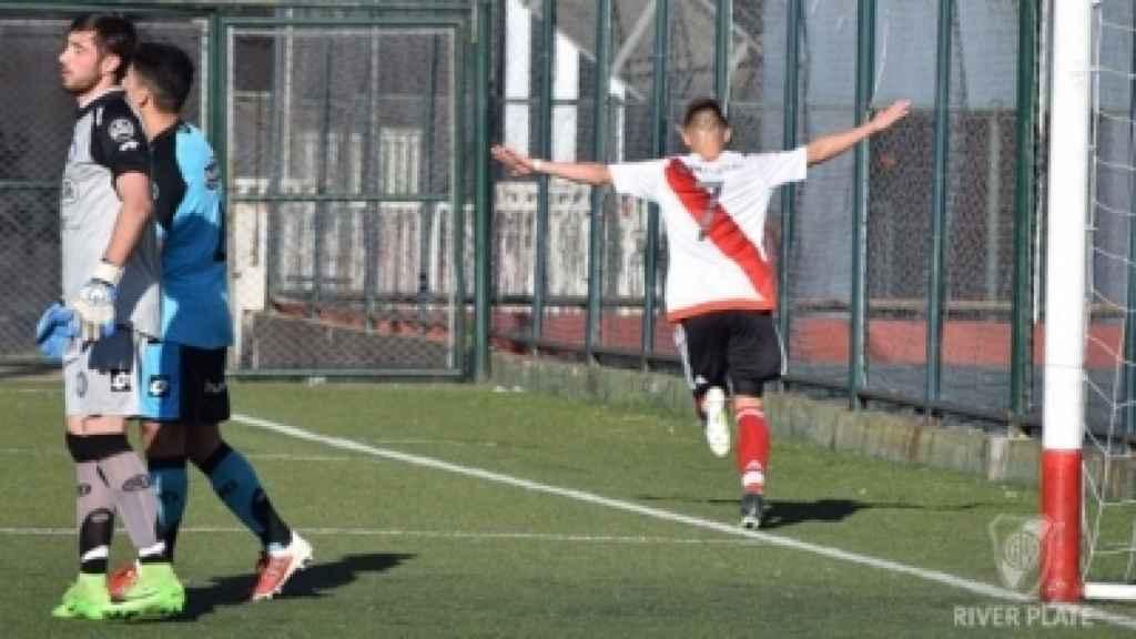 Un menor mete un gol con River Plate.