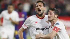 Escudero y el 'Mudo' Vázquez en el Sevilla - Barcelona de Liga.