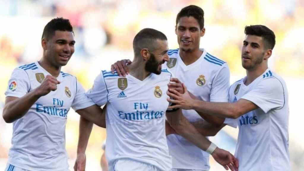 Los jugadores del Madrid felicitan a Benzema por su gol
