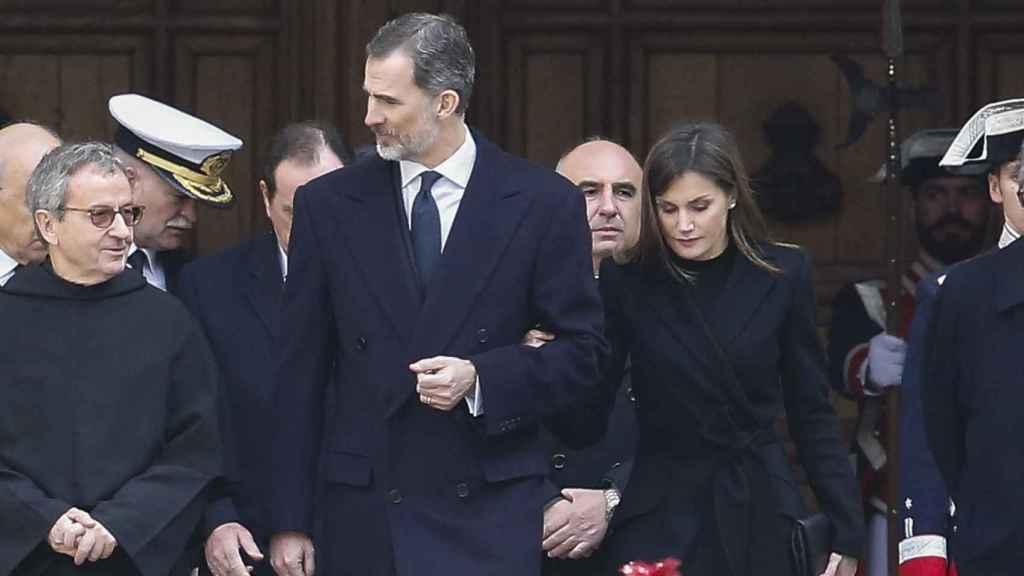 Letizia sin levantar la mirada del suelo en la misa funeral de don Juan de Borbón.