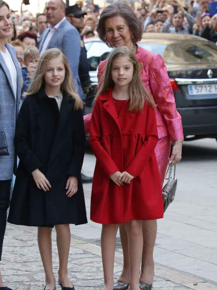 La reina Sofía junto a sus nietas Leonor y Sofía y Letizia.