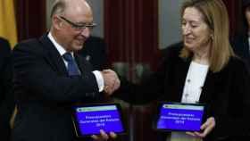 El ministro de Hacienda, Cristóbal Montoro, la presidenta del Congreso, Ana Pastor, y el proyecto de Presupuestos Generales del Estado para 2018.