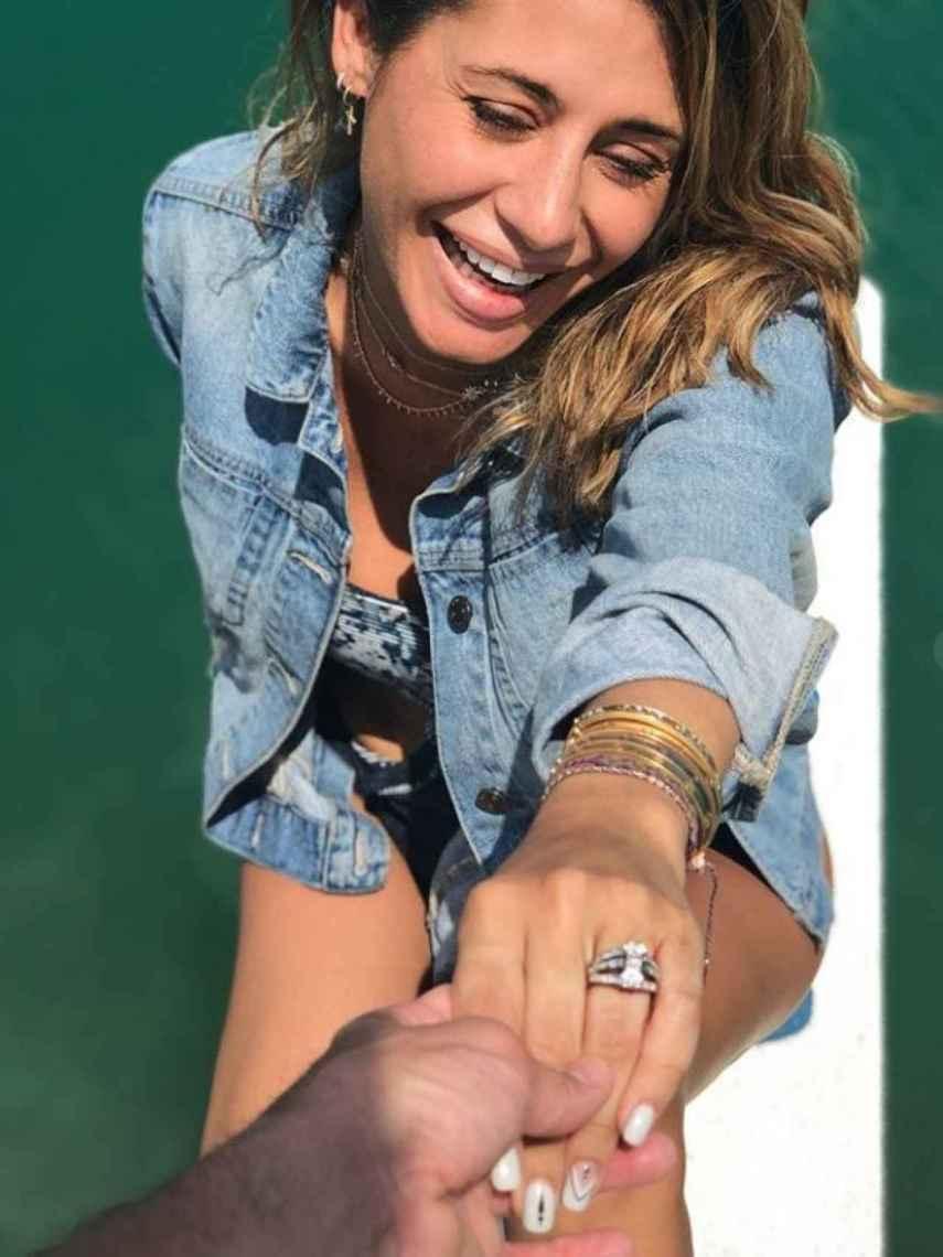 Elena Tablada muestra feliz su anillo de compromiso.