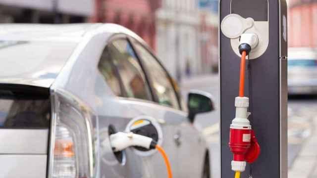 Imagen de un coche eléctrico cargando su batería.
