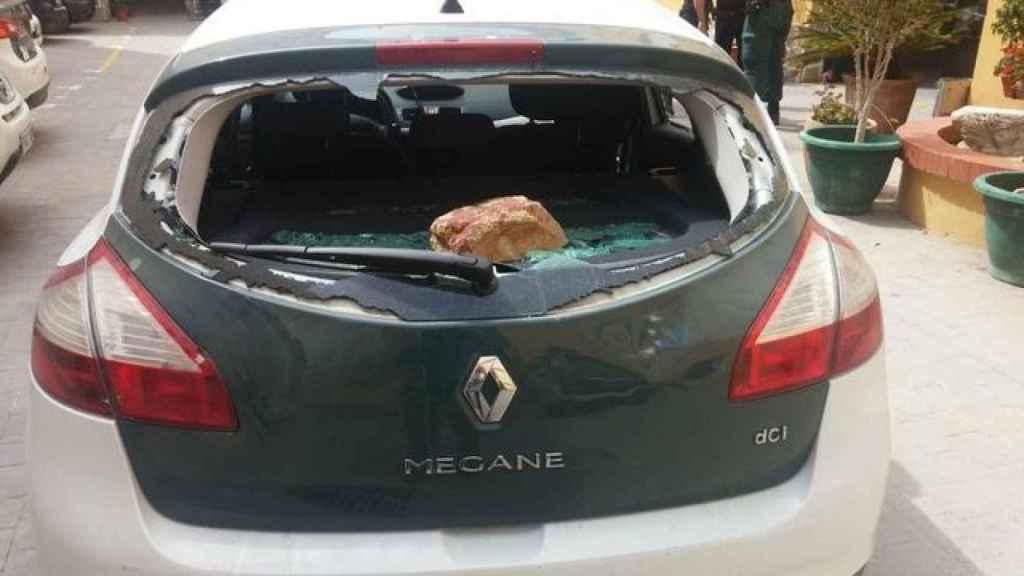 Un vehículo de la Guardia Civil atacado a pedradas por los narcos.