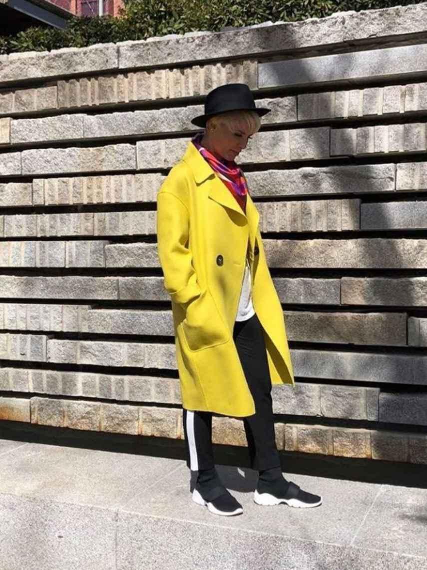 Soraya con el abrigo.