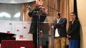 Eduardo Teddy Bautista se dirige a la sala, con su Premio de Honor de los Apolo.