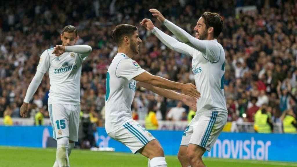 Asensio celebra con Isco su gol al Eibar.  Fotógrafo: Pedro Rodríguez / El Bernabéu
