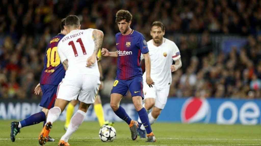 Sergi Roberto ante dos defensores de la Roma. Foto: Twitter (@FCBarcelona_es)