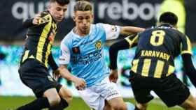 Donis Avdijaj sortea a dos jugadores del Vitesse. Foto: Instagram (@donisavdijaj10)