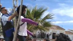 Momento en el que vecinos de Coripe (Sevilla) cuelgan a la muñeca de Ana Julia