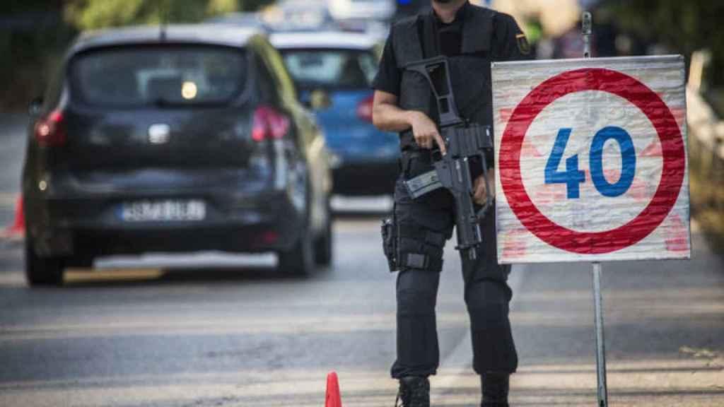 Agentes de la Unidad de Intervención Policial (UIP) patrullando por las calles de La Línea de la Concepción (Cádiz) en junio del año pasado.