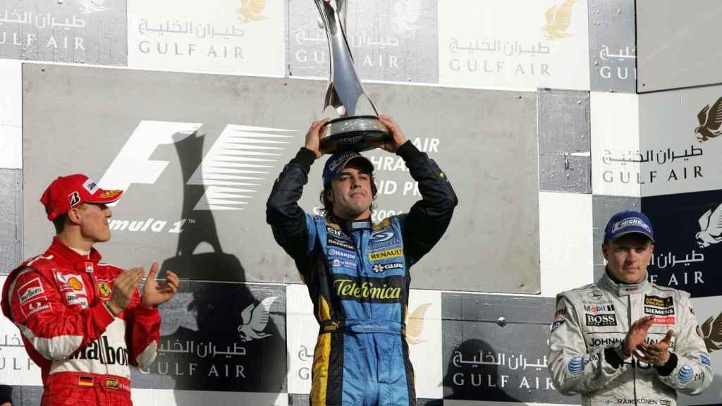Fernando Alonso, junto a Michael Schumacher y Kimi Raikkonen tras ganar en Sahkir en 2006.