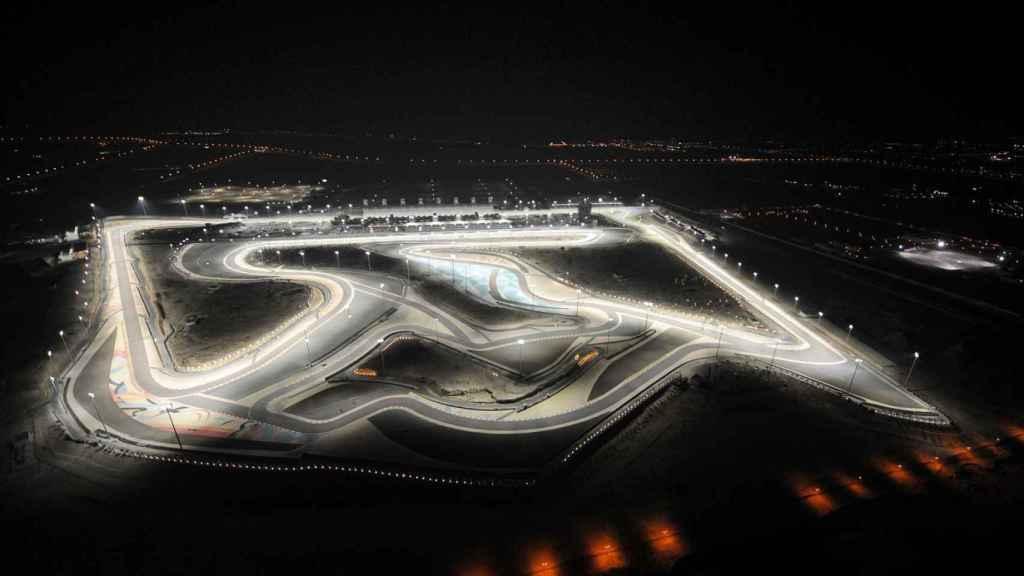 Vista aérea nocturna del circuito de Sakhir.