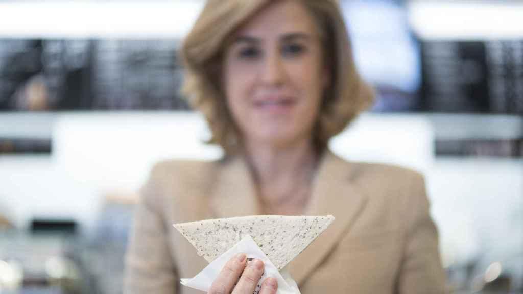 María Carceller, CEO de Rodilla, posa con uno de los sándwich.