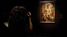 Una visitante en el Museo del Prado.