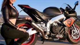 Annette Carrion junto a una de sus motos.