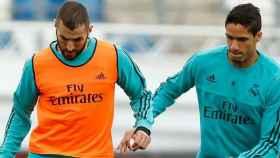 Benzema y Varane, en un entrenamiento del Real Madrid