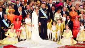 Foto de familia en la boda de Felipe y Letizia. Los Reyes posan con sus familias y con representantes de las familias reales europeas el día de su matrimonio, 22 de mayo de 2004.