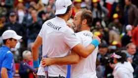 Jan-Lennard Struff y Tim Puetz celebran su victoria en el dobles de la Copa Davis.