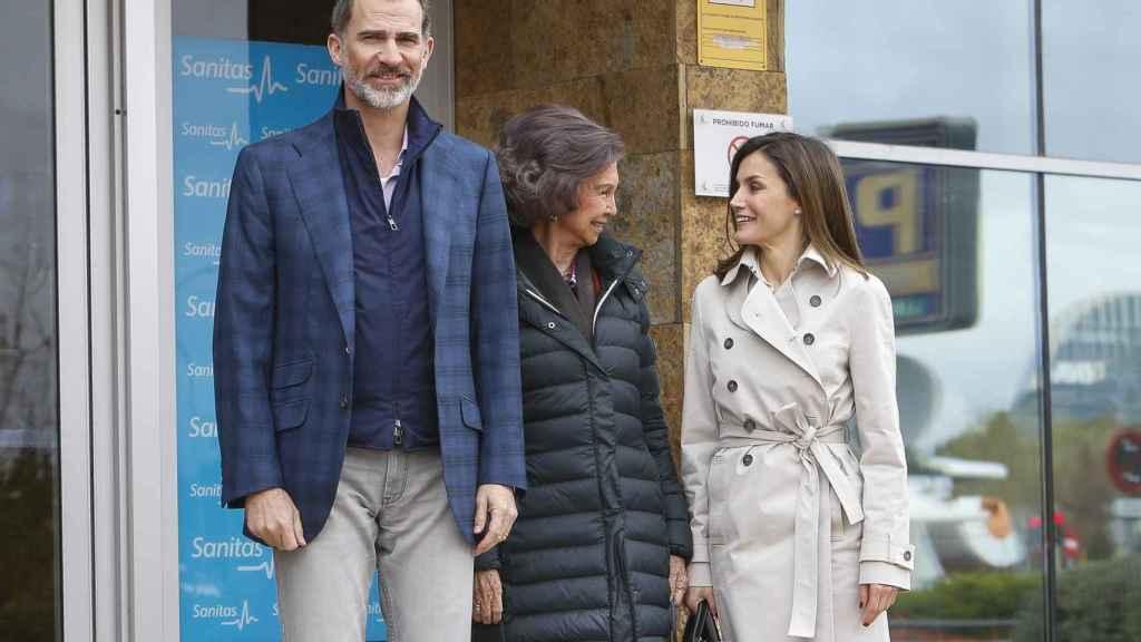 Felipe, la reina Sofía y Letizia, este sábado a su llegada al hospital.