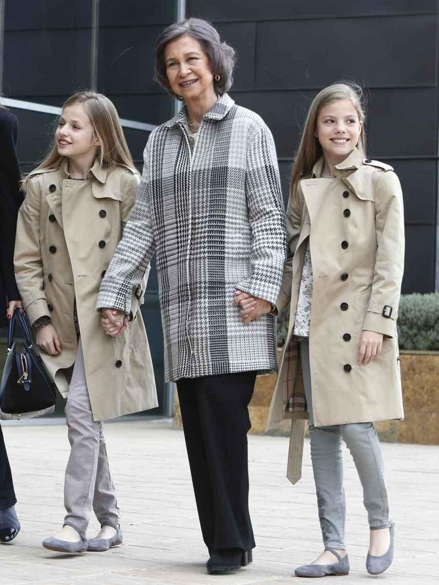 La reina Sofía con sus nietas, vestidas igual.