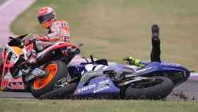 Márquez mira a Rossi después de tirarle en el GP de Argentina de MotoGP.