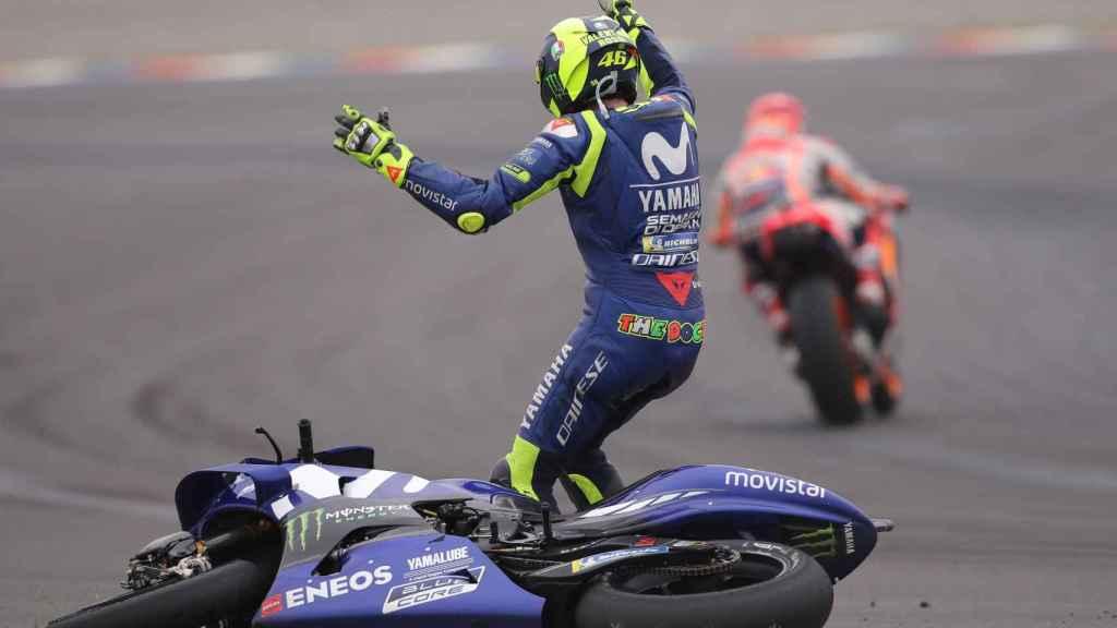 Valentino Rossi se queja a Márquez después de que el español le tirara en Argentina.
