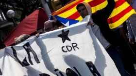 Manifestantes convocados por los CDR protestan este lunes por la presencia del rey en Barcelona.