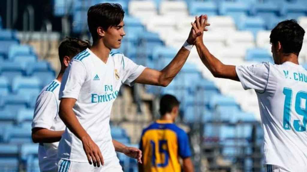 Los jugadores del Juvenil A se felicitan tras anotar un gol