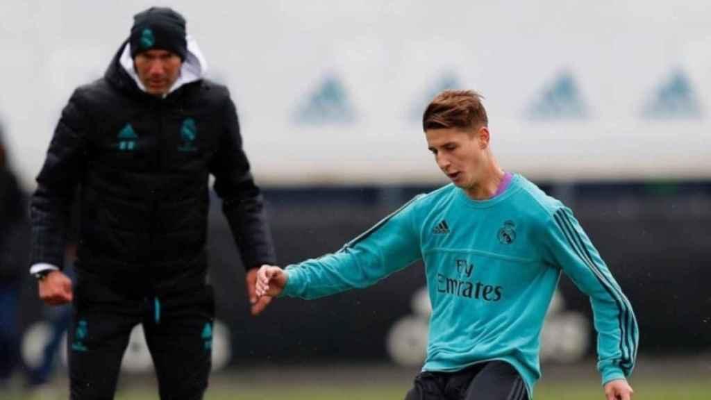 Zidane observa a Miguel Baeza. Foto: Instagram (@miguelbaeza_)