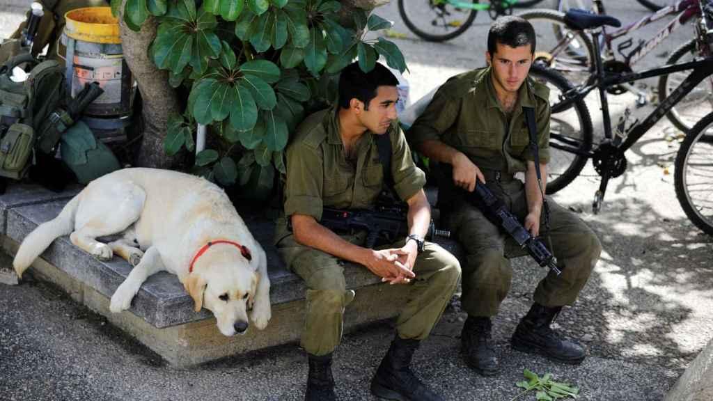 Soldados israelíes descansan cerca de la frontera con Gaza