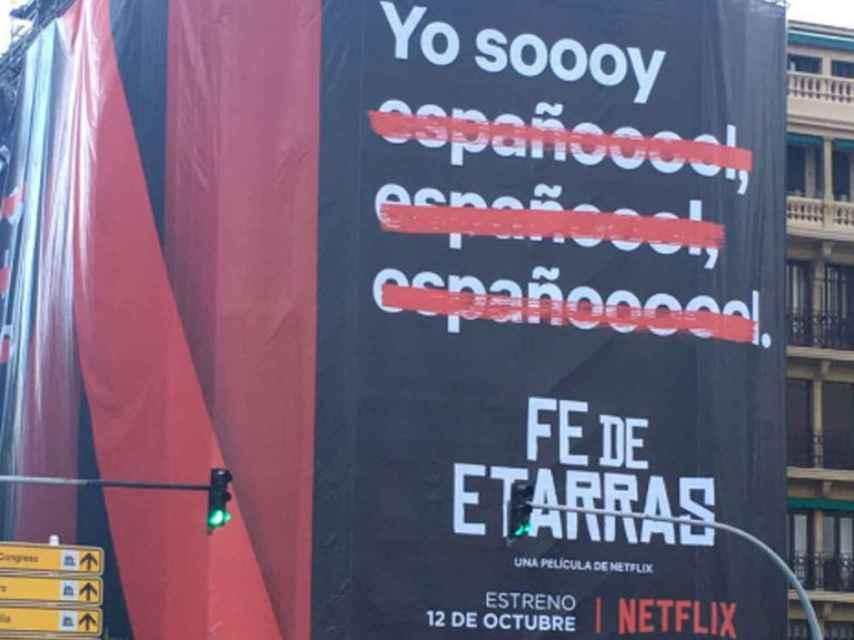 Imagen del andamio con el anuncio de Netflix, en San Sebastián.