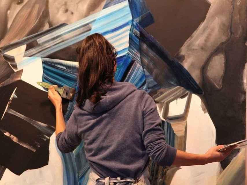 La pintora Vicky Uslé en pleno proceso de trabajo, en su taller.