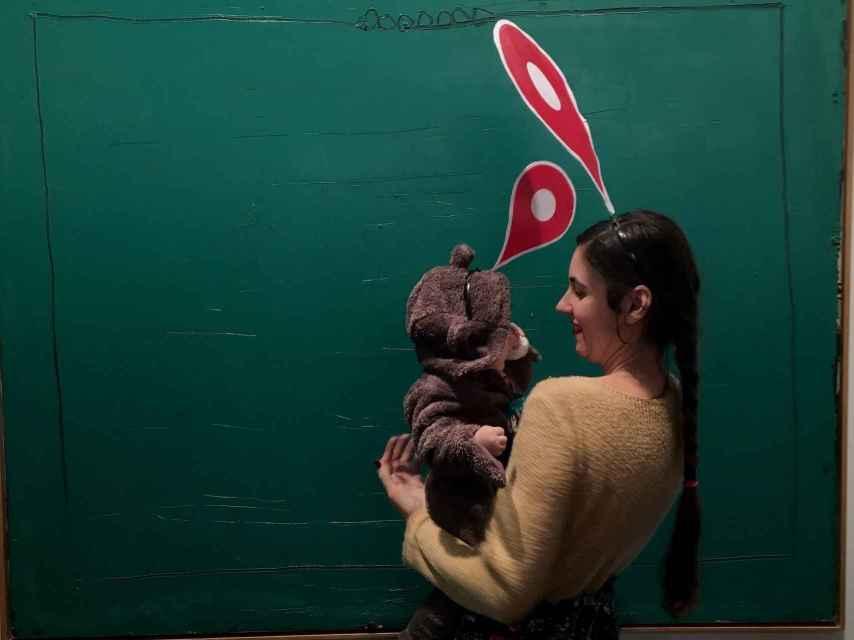 Una de las artistas en la marcha de las mujeres localizadas de ARCO, con su hija.