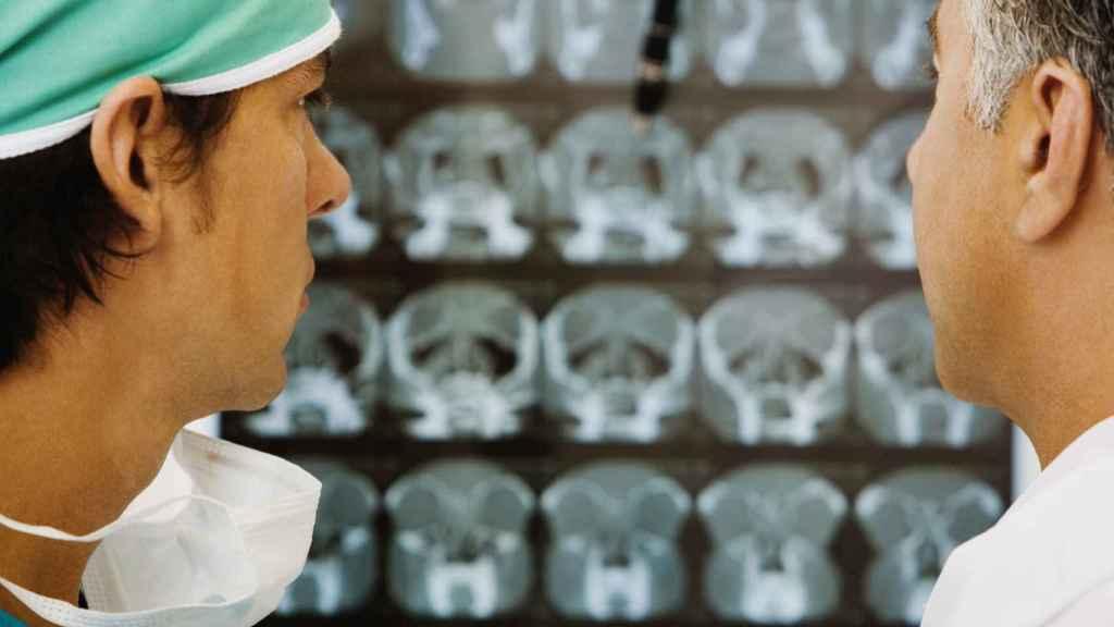 Unos médicos miran los resultados de unas pruebas de imagen.