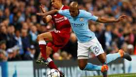Fernandinho ante Alexander-Arnold en el Manchester City - Liverpool.