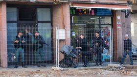 Agentes de la Guardia Civil, ante el domicilio de la localidad barcelonesa de Viladecans donde han detenido a una integrante de los CDR.