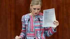 Cristina Cifuentes, documentos en mano, en la Asamblea de Madrid.