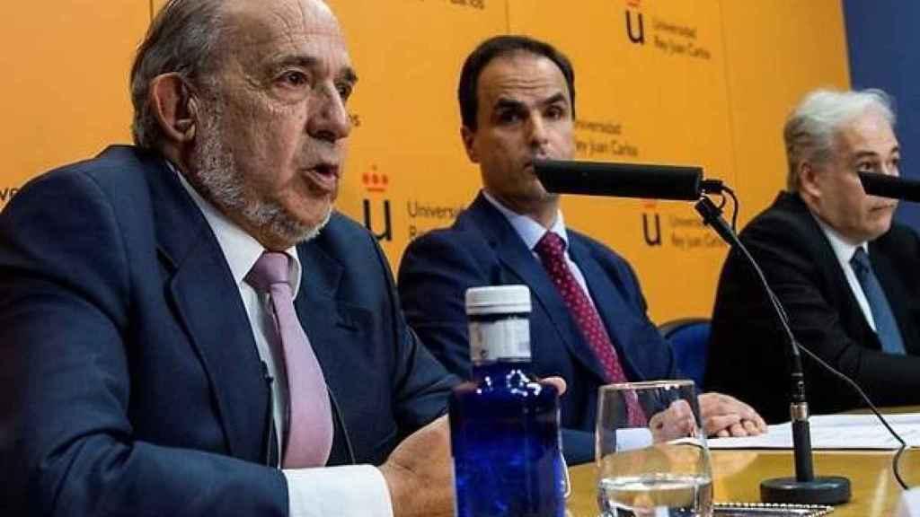 Álvarez Conde da explicaciones ante la mirada del rector, Javier Ramos.