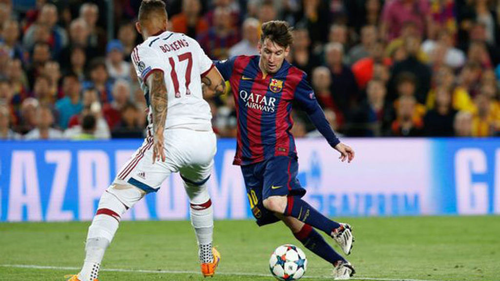 Messi regatea a Boateng en el Camp Nou.