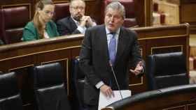 El ministro portavoz y de Cultura, Méndez de Vigo, este miércoles en el Congreso. El diputado de Cs, Juan Carlos Girauta, en segundo plano.