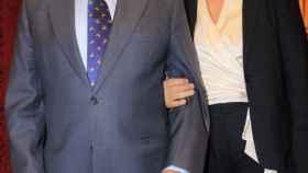 Alfonso Díez arropa a Curro Romero tras recibir un premio en Sevilla