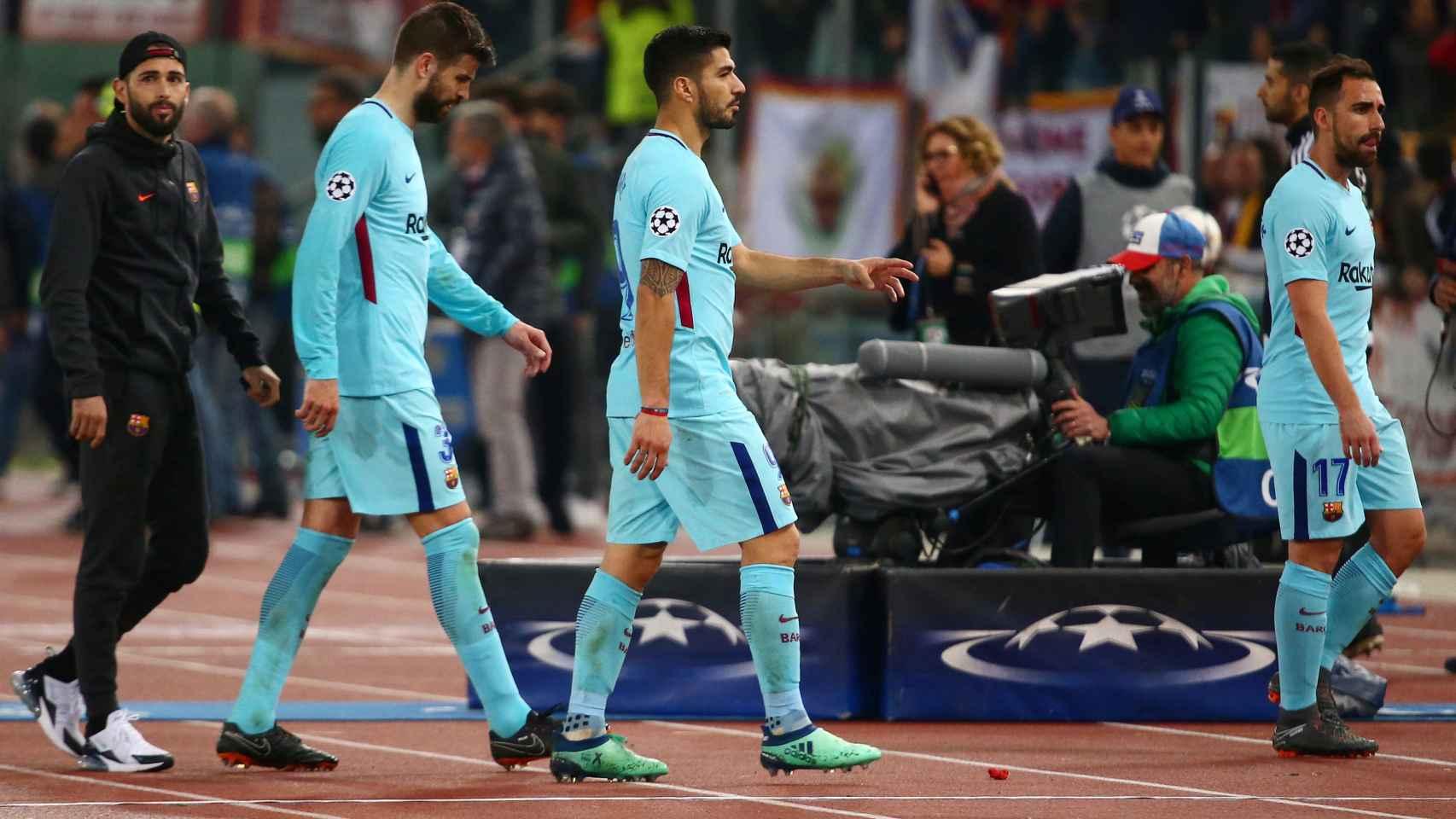 Piqué, Luis Suárez y Alcácer abandonan cabizbajos el estadio.