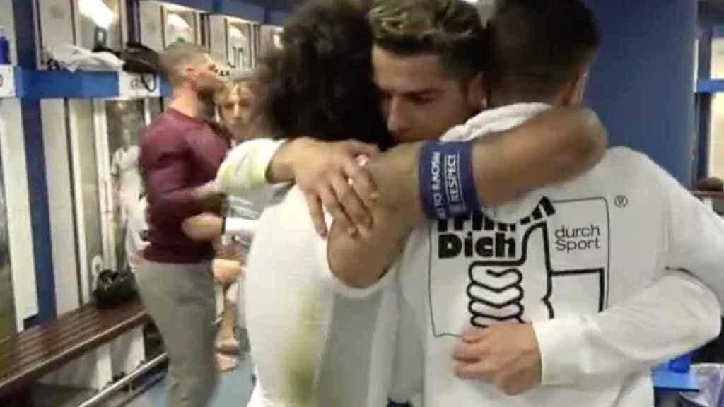 Marcelo abraza a Cristiano Ronaldo