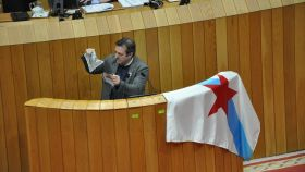 Luis Bará, diputado del Bloque en el Parlamento gallego, rompiendo la foto del Rey.